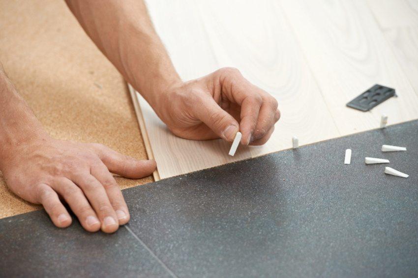 Способы оформления стыка плитки и ламината без порожка