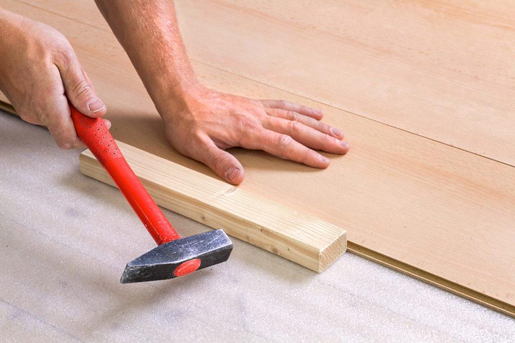 Монтаж укладки ламината на деревянный пол